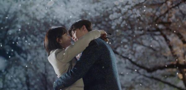 while-you-were-sleeping-lee-jong-suk-va-suzy-hon-nhau-tu-teaser-1 1