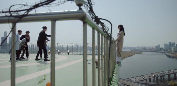 while-you-were-sleeping-lee-jong-suk-va-suzy-hon-nhau-tu-teaser-1 5