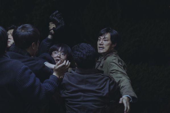 1987-phim-cua-kang-dong-won-khien-tong-thong-han-quoc-roi-le 3