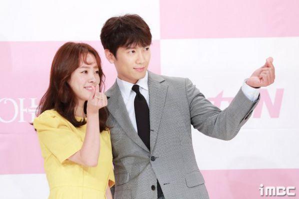 """Họp báo ra mắt """"Familiar Wife"""" vợ chồng Ji Sung, Han Ji Min đáng yêu quá!"""