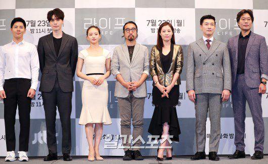 """Họp báo ra mắt phim """"Life"""", Thần chết Lee Dong Wook áp đảo tất cả 1"""