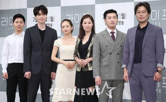 """Họp báo ra mắt phim """"Life"""", Thần chết Lee Dong Wook áp đảo tất cả"""