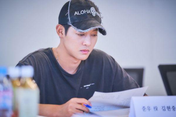 """Kim Hyun Joong đọc kịch bản """"When Time Stopped"""" chuẩn bị lên sóng 4"""