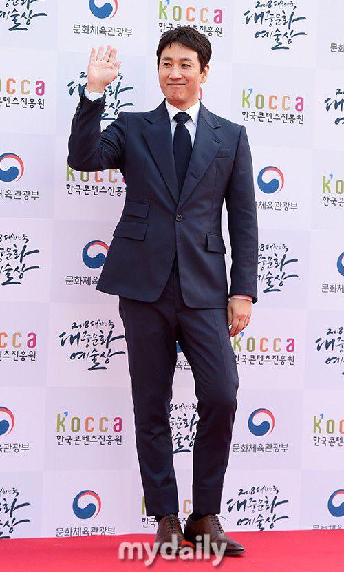 Thảm đỏ Korean Popular Culture & Arts Awards 2018 của BTS, Son Ye Jin 28