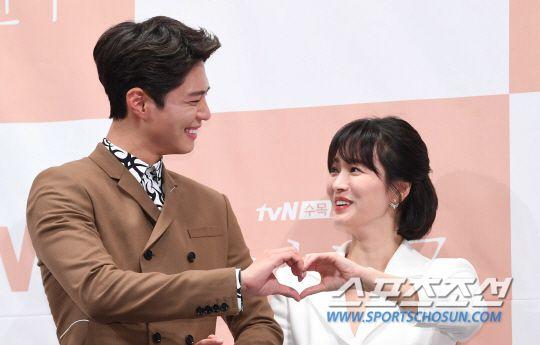 """Họp báo """"Euncouter/Boyfriend"""": Song Hye Kyo và Park Bo Gum tỏa sáng 13"""