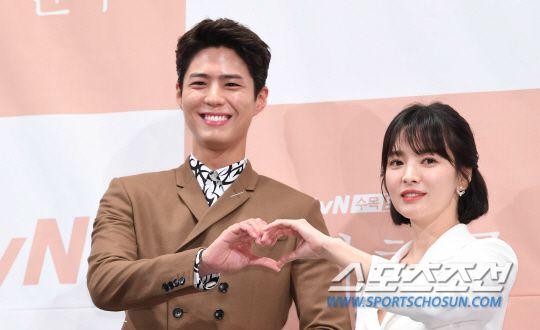 """Họp báo """"Euncouter/Boyfriend"""": Song Hye Kyo và Park Bo Gum tỏa sáng 14"""