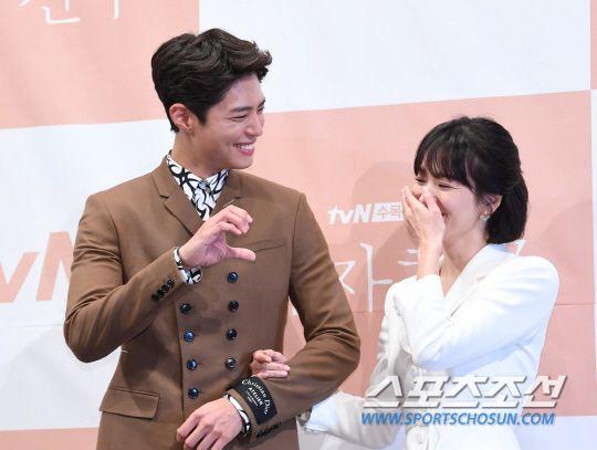 """Họp báo """"Euncouter/Boyfriend"""": Song Hye Kyo và Park Bo Gum tỏa sáng 15"""