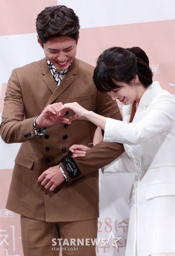 """Họp báo """"Euncouter/Boyfriend"""": Song Hye Kyo và Park Bo Gum tỏa sáng 16"""