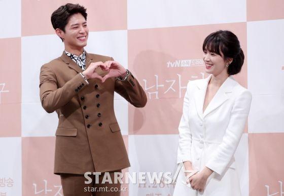 """Họp báo """"Euncouter/Boyfriend"""": Song Hye Kyo và Park Bo Gum tỏa sáng 17"""