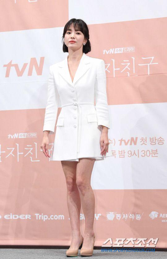 """Họp báo """"Euncouter/Boyfriend"""": Song Hye Kyo và Park Bo Gum tỏa sáng 7"""