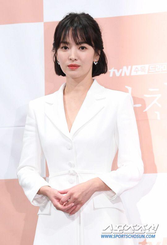 """Họp báo """"Euncouter/Boyfriend"""": Song Hye Kyo và Park Bo Gum tỏa sáng 8"""