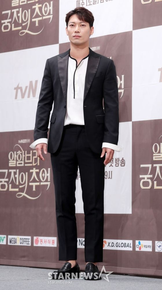 "Họp báo ra mắt ""Memories of the Alhambra"": Hyun Bin, Park Shin Hye đều đẹp 12"