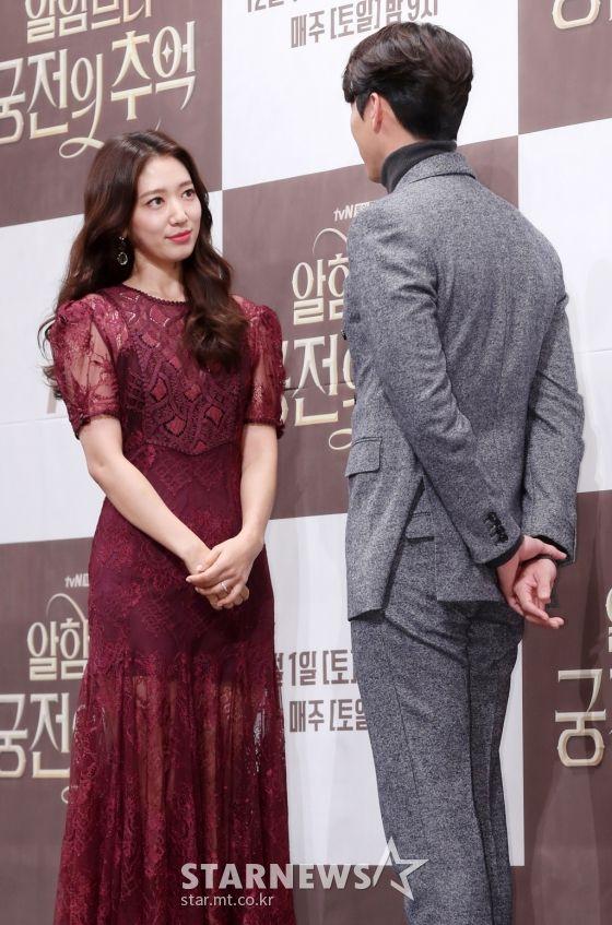 "Họp báo ra mắt ""Memories of the Alhambra"": Hyun Bin, Park Shin Hye đều đẹp 18"