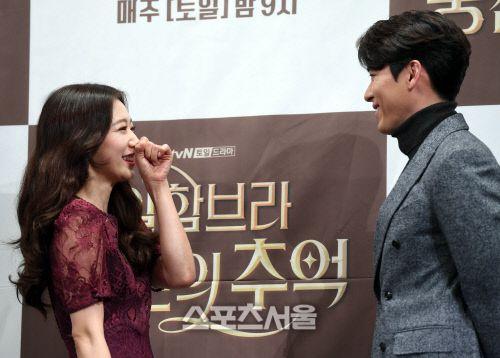 "Họp báo ra mắt ""Memories of the Alhambra"": Hyun Bin, Park Shin Hye đều đẹp 20"