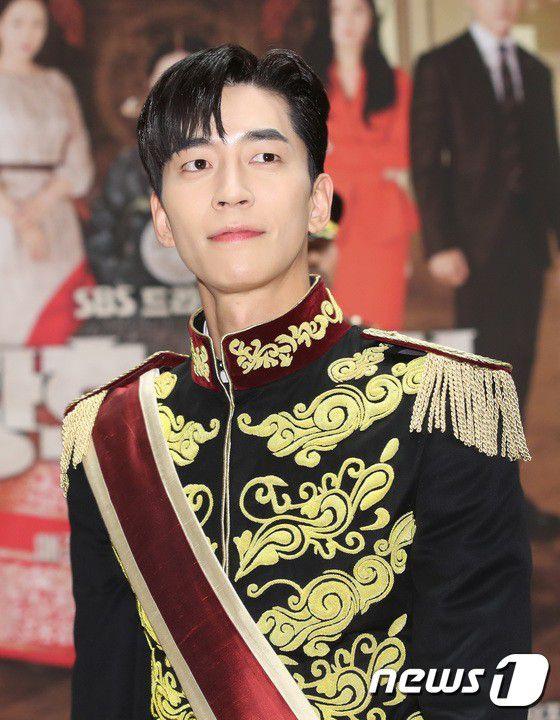 """Họp báo ra mắt phim """"The Last Empress"""": Jang Nara đẹp bất chấp 16"""