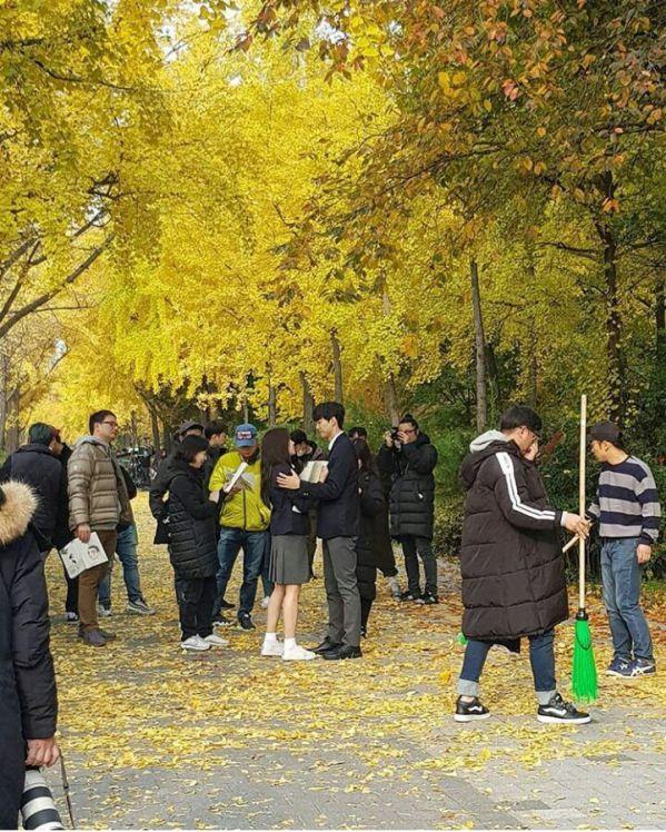 """""""Love Alarm"""" lộ những hình ảnh đầu tiên của Kim So Hyun và Song Kang 1"""