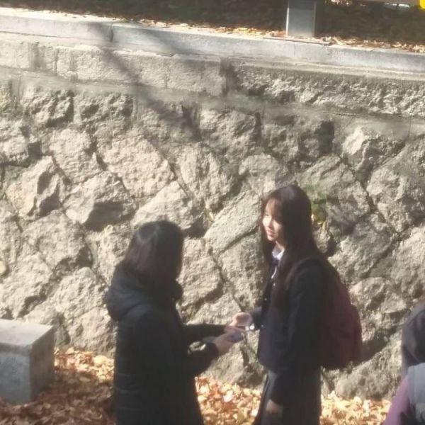 """""""Love Alarm"""" lộ những hình ảnh đầu tiên của Kim So Hyun và Song Kang 3"""