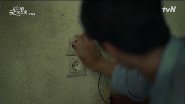"""""""Ký Ức Alhambra"""" tập 1: Hyun Bin bị Park Shin Hye cho ăn hành tơi tả 13"""