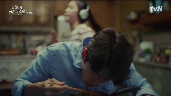 """""""Ký Ức Alhambra"""" tập 1: Hyun Bin bị Park Shin Hye cho ăn hành tơi tả 14"""