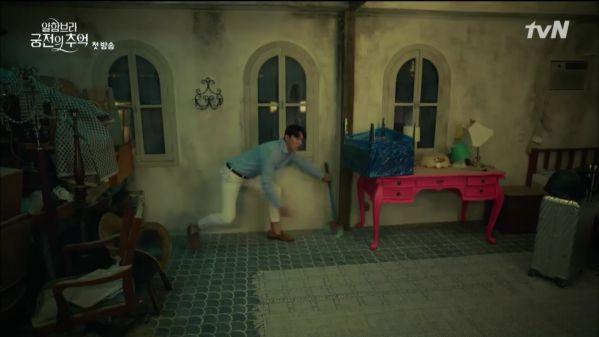 """""""Ký Ức Alhambra"""" tập 1: Hyun Bin bị Park Shin Hye cho ăn hành tơi tả 6"""