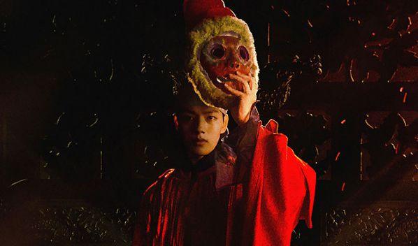 """""""The Crowned Clown"""" tiếp tục tung poster và hé lộ mối quan hệ vợ chồng1"""