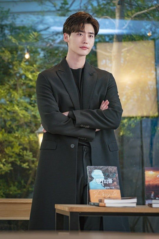 """""""Romance Supplement"""" hé lộ tạo hình của Lee Jong Suk và ngày lên sóng 4"""
