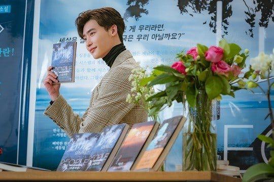 """""""Romance Supplement"""" hé lộ tạo hình của Lee Jong Suk và ngày lên sóng 5"""