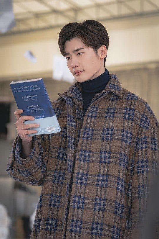 """""""Romance Supplement"""" hé lộ tạo hình của Lee Jong Suk và ngày lên sóng 6"""