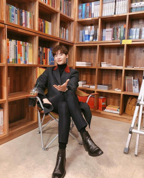 """""""Romance Supplement"""" hé lộ tạo hình của Lee Jong Suk và ngày lên sóng 7"""
