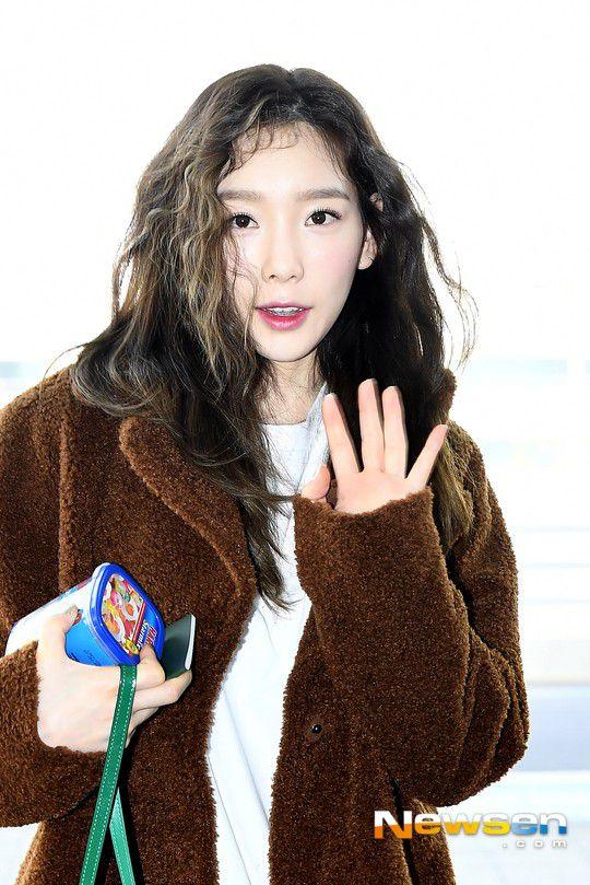 Sân bay Incheon ngày 11/1: Cuộc đổ bộ của Irene, Taeyeon, Dara và BTS 13
