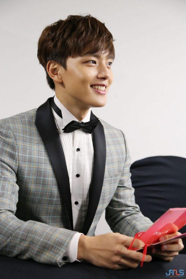 """""""Hotel Del Luna"""" lộ ảnh phim trường đầu tiên của IU và Yeo Jin Goo 9"""
