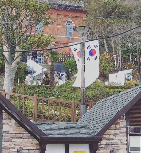 """""""Hotel Del Luna"""" lộ ảnh phim trường đầu tiên của IU và Yeo Jin Goo 4"""