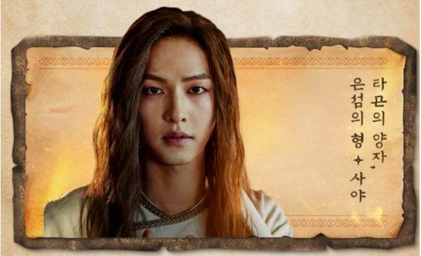"""""""Arthdal Chronicles"""" tung Poster mùa 2 nhưng có tận 2 Song Joong Ki 4"""