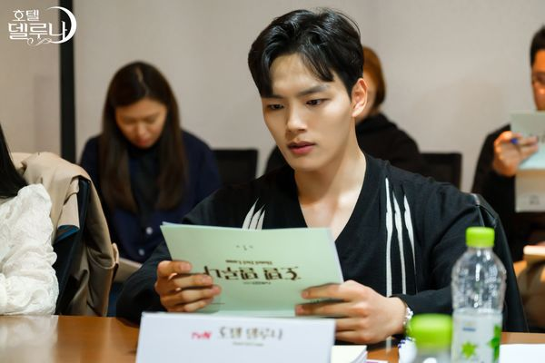 """""""Hotel Del Luna"""" của IU tung Teaser và hình ảnh buổi đọc kịch bản 15"""