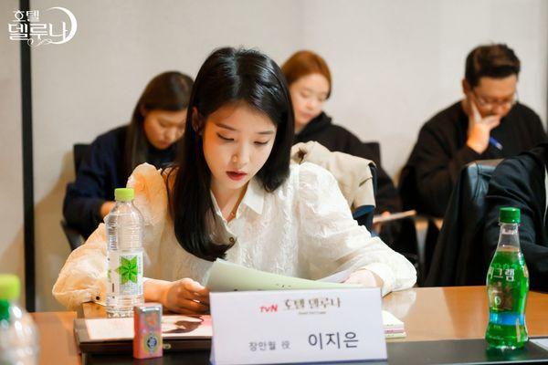"""""""Hotel Del Luna"""" của IU tung Teaser và hình ảnh buổi đọc kịch bản 16"""