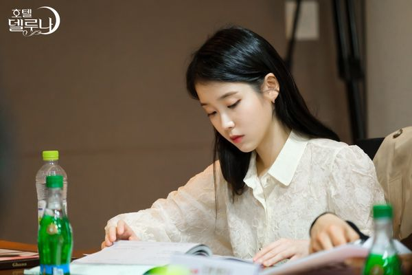 """""""Hotel Del Luna"""" của IU tung Teaser và hình ảnh buổi đọc kịch bản 6"""