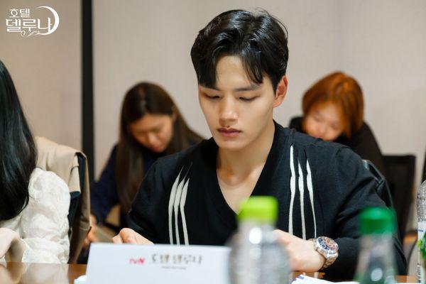 """""""Hotel Del Luna"""" của IU tung Teaser và hình ảnh buổi đọc kịch bản 4"""