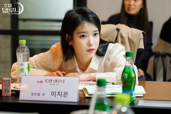"""""""Hotel Del Luna"""" của IU tung Teaser và hình ảnh buổi đọc kịch bản 8"""