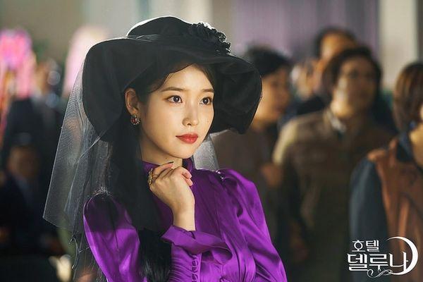 """""""Hotel Del Luna"""" tung poster của IU và Yeo Jin Goo đẹp nhưng ma mị 4"""