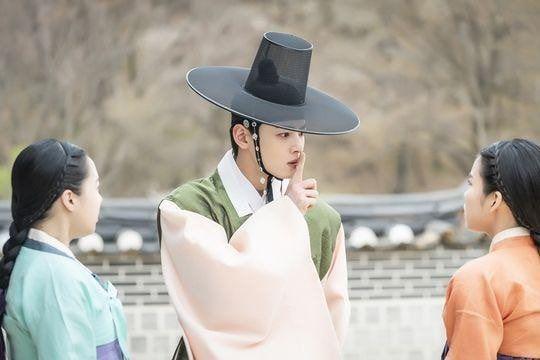 """""""Rookie Historian Goo Hae Ryung"""" hé lộ ảnh Cha Eun Woo và lịch lên sóng 3"""
