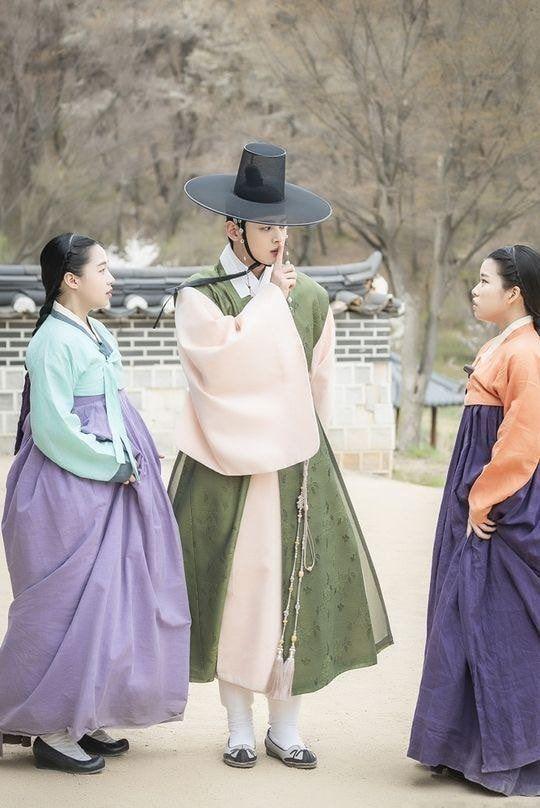 """""""Rookie Historian Goo Hae Ryung"""" hé lộ ảnh Cha Eun Woo và lịch lên sóng 4"""