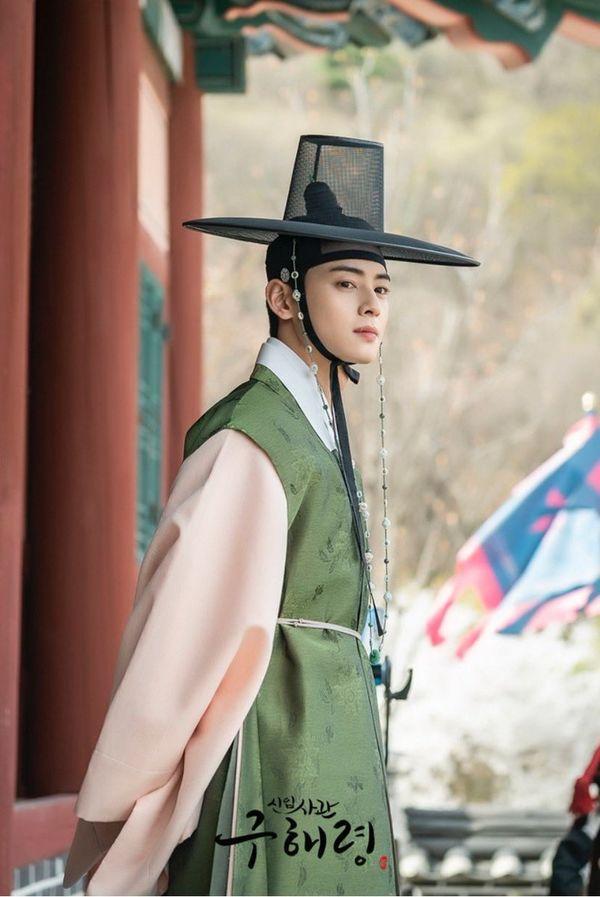 """""""Rookie Historian Goo Hae Ryung"""" hé lộ ảnh Cha Eun Woo và lịch lên sóng 5"""