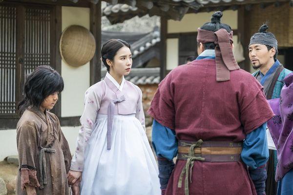 """""""Rookie Historian Goo Hae Ryung"""" hé lộ ảnh Cha Eun Woo và lịch lên sóng 9"""