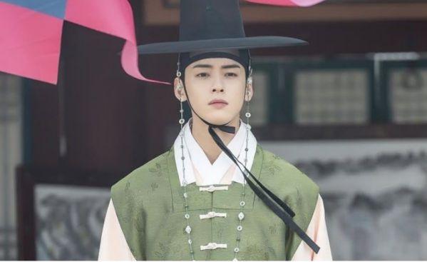 """""""Rookie Historian Goo Hae Ryung"""" hé lộ ảnh Cha Eun Woo và lịch lên sóng 7"""