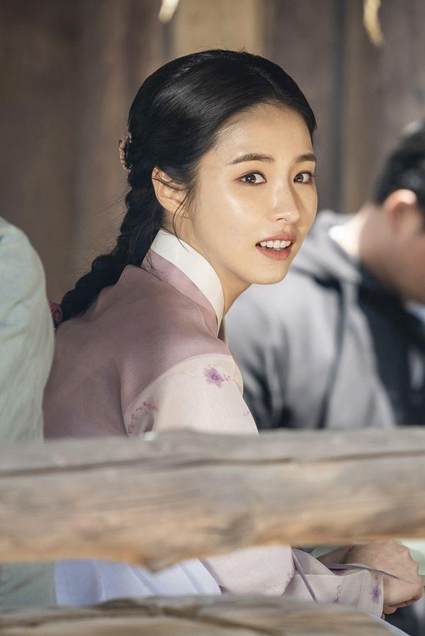 """""""Rookie Historian Goo Hae Ryung"""" tung poster nhân vật đẹp nao lòng 8"""