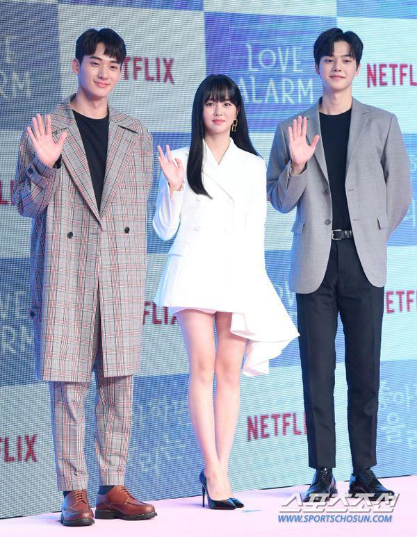 """Họp báo ra mắt """"Love Alarm"""": Kim So Hyun rạng rỡ bên Song Kang, Jung Ga Ram 1"""