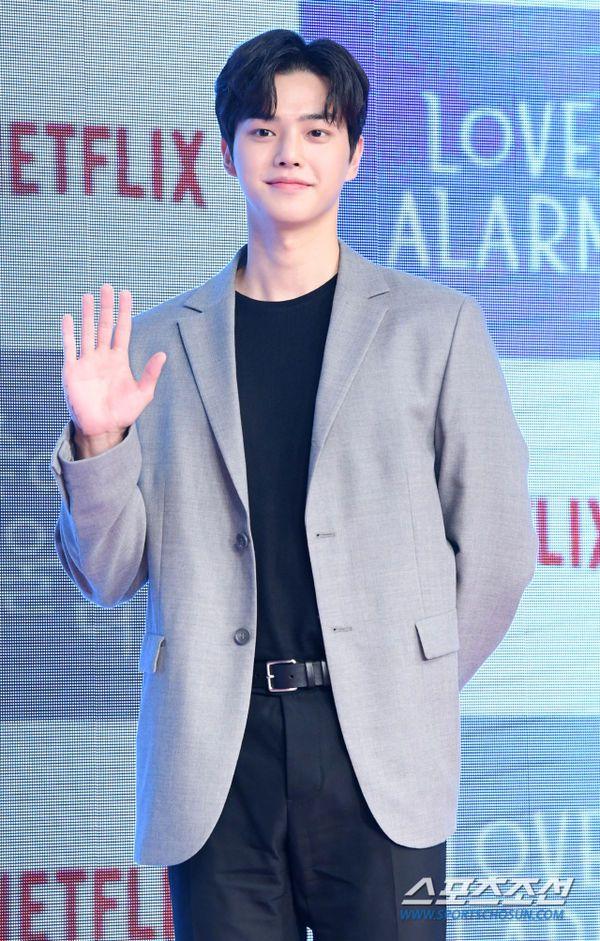 """Họp báo ra mắt """"Love Alarm"""": Kim So Hyun rạng rỡ bên Song Kang, Jung Ga Ram 10"""