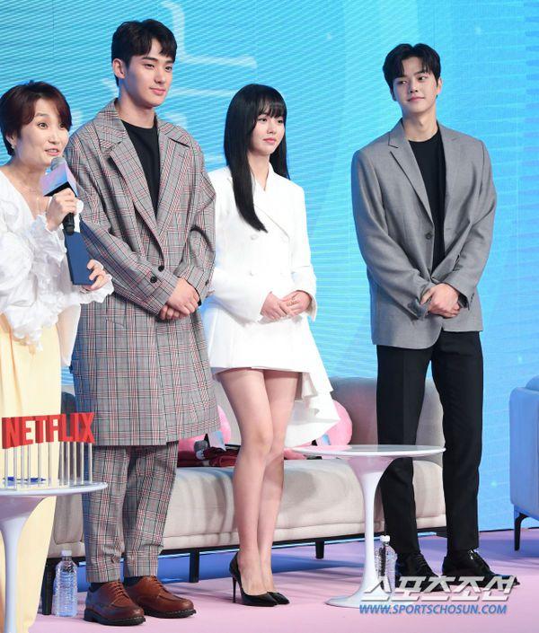 """Họp báo ra mắt """"Love Alarm"""": Kim So Hyun rạng rỡ bên Song Kang, Jung Ga Ram 4"""