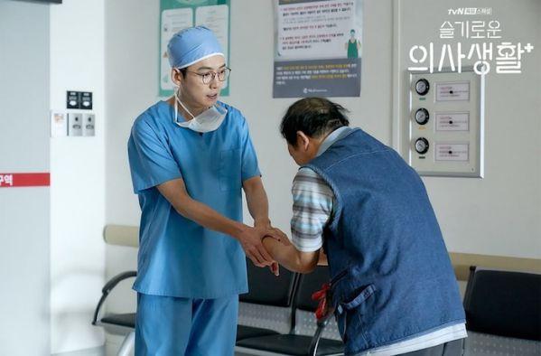 """""""Hospital Playlist"""" sẽ có phần 2 lên sóng 2021, giữ nguyên dàn cast 5"""