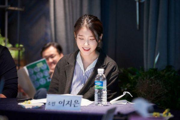 """""""Dream"""" tung ảnh buổi đọc kịch bản của IU, Park Seo Joon và dàn cast 3"""
